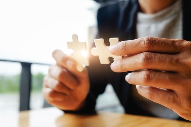 10-close-up-twee-puzzelstukjes in handen